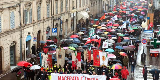 A Macerata sfilano gli antifascisti, si riprendono il Monume