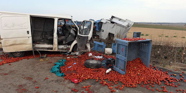 Foggia, 4 braccianti chiusi nel retro di un furgone muoiono nello scontro con un tir