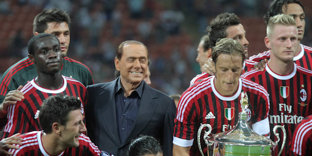 Il presidente del Consiglio, Silvio Berlusconi, posa con il Milan dopo la vittoria per 2-1 contro la Juventus nel trofeo Luigi Berlusconi, svoltosi questa sera allo stadio Giuseppe Meazza di Milano, 21 agosto 2011. ANSA/MATTEO BAZZI