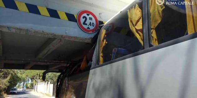Il pullman con a bordo turisti stranieri rimasto incastrato sotto a un ponte della linea ferroviaria Roma-Lido su via di Malafede, all'incrocio con via Ostiense, nel quadrante sud della Capitale. Dieci persone, tra cui un bambino di 10 anni, sono state soccorse e trasportate in diversi ospedali della citt� dal 118 di Roma, intervenuto con 5 ambulanze e 2 automediche, 13 agosto 2017. ANSA/UFFICIO STAMPA ROMA CAPITALE ++ NO SALES, EDITORIAL USE ONLY ++