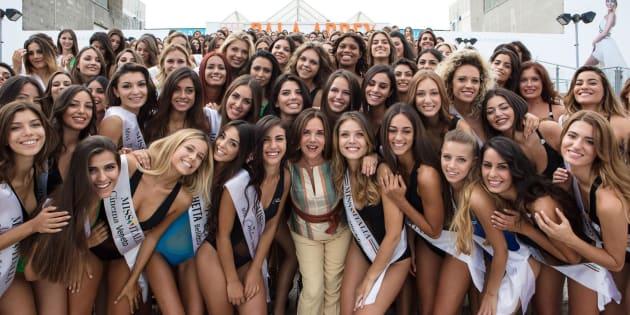 La patron Patrizia Mirigliani con le 214 prefinaliste di Miss Italia, Jesolo (Venezia), 28 agosto 2017. ANSA/UFFICIO STAMPA MISS ITALIA