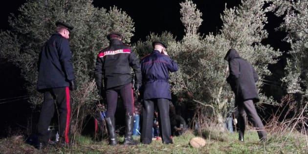 Inquirenti sul luogo dove il corpo di una donna fatto a pezzi � stato ritrovato a Valeggio sul Mincio (Verona), in località Gardone, 30 dicembre 2017. ANSA/CARABINIERI