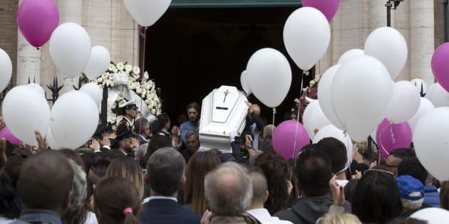 Il feretro di Pamela Mastropietro, la 18enne romana uccisa e fatta a pezzi a fine gennaio a Macerata, durante i funerali nella chiesa Ognissanti, Roma, 5 maggio 2018. ANSA/MASSIMO PERCOSSI