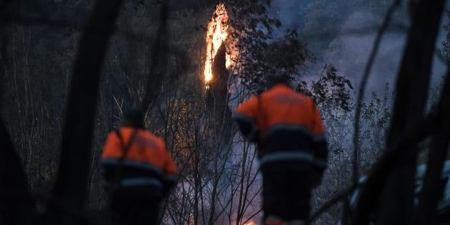 Fiamme nei pressi della casa dove madre e figlia sono rimaste uccise nell'incendio divampato vicino Tivoli