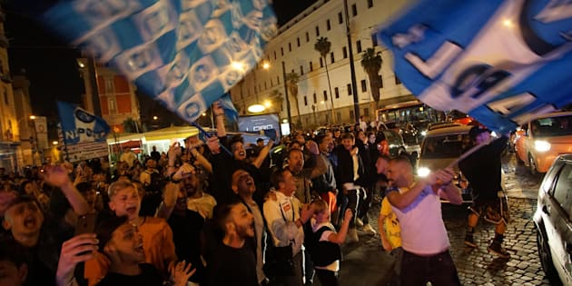Juventus Napoli, Diego Armando Maradona esulta per la sua sq