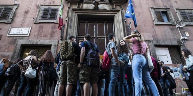 Gli studenti il primo giorno di scuola al Liceo Virgilio di via Giulia, Roma, 14 settembre 2017. ANSA/ANGELO CARCONI