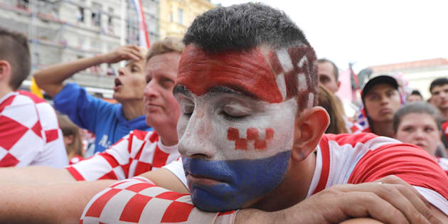epa06891382 Supporters of the Croatian national soccer react during a public broadcast of the FIFA World Cup 2018 final match between Croatia and France, in Zagreb, Croatia, 15 July 2018.  EPA/ANTONIO BAT