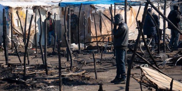 Brucia la terra di nessuno. Ancora un morto a San Ferdinando, Salvini ripropone lo sgombero senza soluzioni