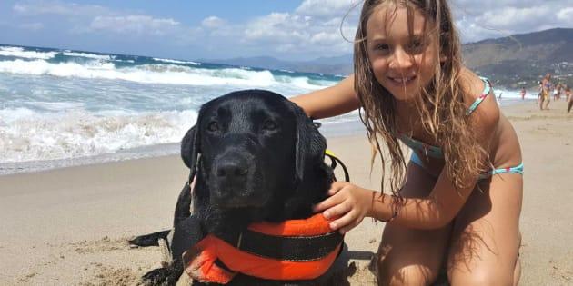 La piccola Caterina, 8 anni, accanto a Lux