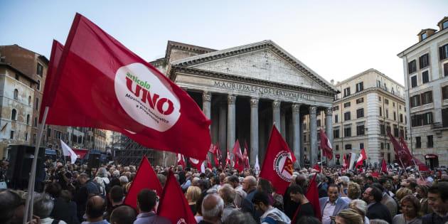 Un momento del sit-in organizzato dalla sinistra contro la fiducia sul Rosatellum in piazza del Pantheon a Roma, 11 ottobre 2017.  ANSA/ANGELO CARCONI