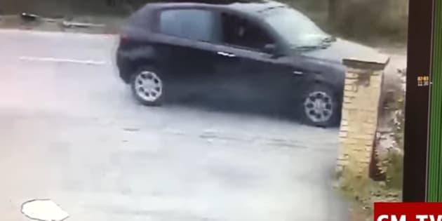Il fermo immagine, tratto dal video delle telecamere di sorveglianza del bar H7 di Casette Verdini e pubblicato da Cronache Maceratesi TV, mostra Luca Triani mentre fa fuoco in una delle tappe del raid razzista a Macerata.