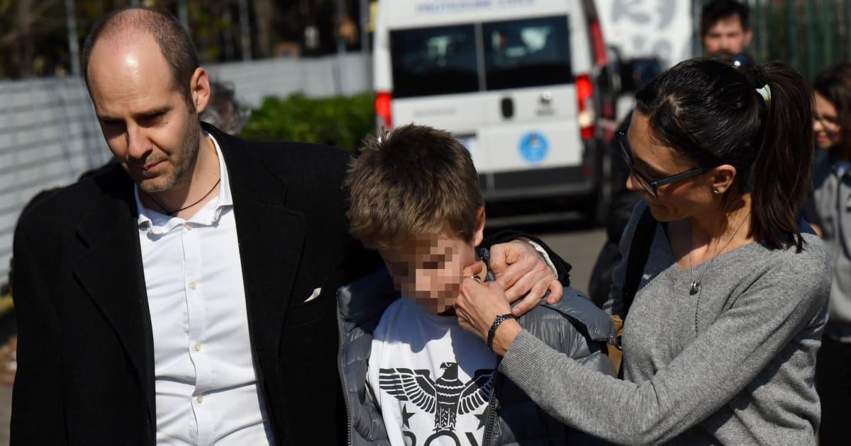 """Le telefonate dei ragazzini sul bus ai genitori. """"Aiuto papà, l'autista vuole fare una strage"""""""
