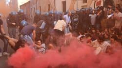 La polizia sgombera due centri sociali a Bologna. Tafferugli con gli
