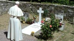 Il Papa prega sulla tomba di don Milani: