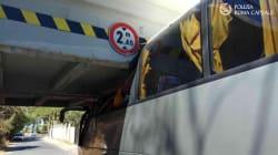 Pullman di turisti stranieri resta incastrato sotto un ponte a Roma. 18 feriti, grave un