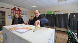 Bersani infila la scheda da solo nell'urna, ma prima andava tolto il bollino