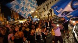 Juventus Napoli, Diego Armando Maradona esulta per la sua squadra. E nella città partenopea è notte di caroselli e fuochi