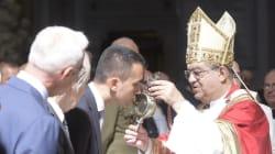 In attesa delle primarie, Di Maio si affida a San Gennaro (il miracolo è avvenuto: il sangue si è