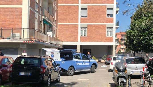BOLOGNA - Cadono dall'ottavo piano di un palazzo: morti due fratelli di 14 e 11 anni. Il padre portato in