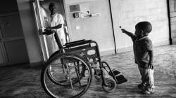 Basta un camice per essere eroi: le foto di Porzio mostrano la vita quotidiana dei medici nel Terzo