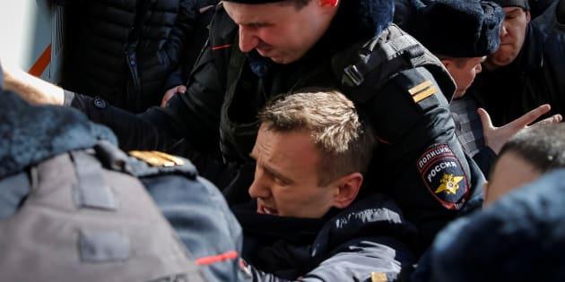 L'opposant russe Alexeï Navalny interpellé lors d'une marche anticorruption à Moscou, le dimanche 26 mars.