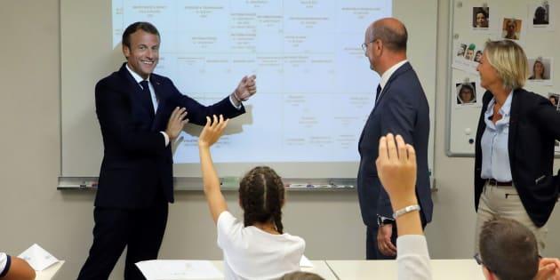 Rentrée scolaire: Emmanuel Macron dans un collège de Laval avec des élèves de 6e