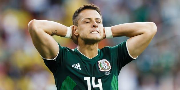 Javier Hernández se lamenta luego de cometer una mano que le pudo haber costado al Tri un penal.