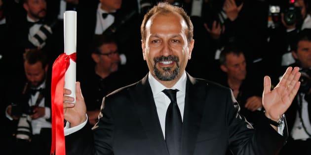 """Asghar Farhadi célébrant son Prix du scénario pour """"Le Client"""" au Festival de Cannes, le 22 mai 2016"""