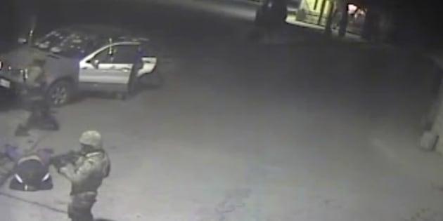 Imagen tomada del video que supuestamente muestra a un militar parado junto a un civil detenido en Palmarito, Puebla y luego le dispara.
