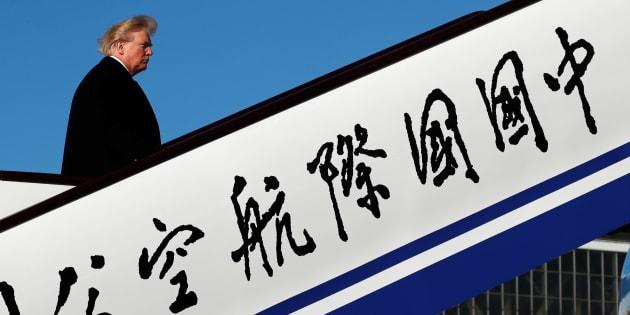 El presidente de Estados Unidos, Donald Trump, aborda el Air Force One para partir hacia Vietnam desde el aeropuerto de Beijing en China, el 10 de noviembre de 2017.