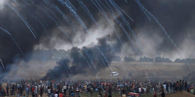 Des gaz lacrymogènes sont tirés par l'armée israélienne sur les Palestiniens manifestant pour le retour sur leur terre, à Gaza, le 4 mai 2018.