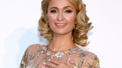 Les fleurs sur la robe de Paris Hilton cachent ce qu'il faut, là où il