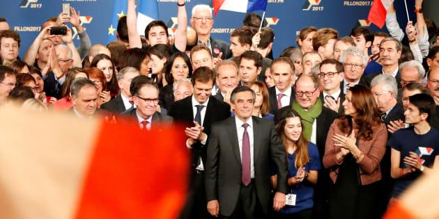 François Fillon entouré de ses soutiens lors de son dernier meeting avant le premier tour à Paris le 18 novembre.
