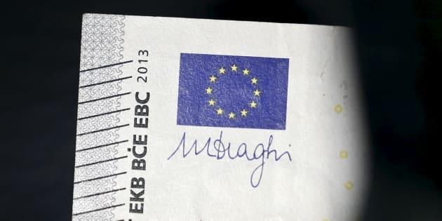 Le drapeau européen et la signature du Président de la BCE Mario Draghi, vus sur un billet de cinq euros.