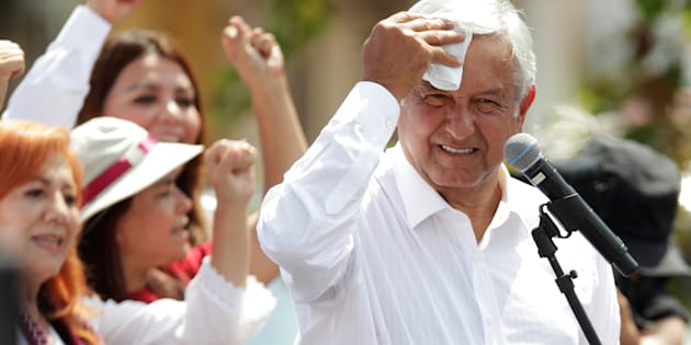 El candidato Andrés Manuel López Obrador de la coalición Juntos Haremos Historia se seca la frente durante un mitin de campaña en el municipio de Guadalupe, en las afueras de Monterrey, Nuevo León.