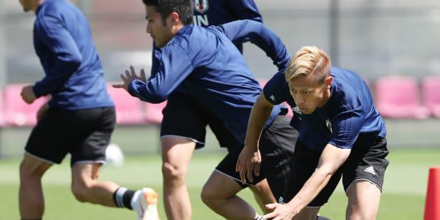 1次リーグのセネガル戦に向け練習する日本代表の本田圭佑ら=22日、ロシア・カザン