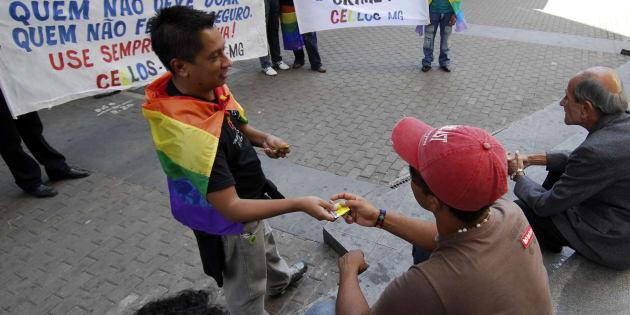 Na prática, segundo ativistas gays, a determinação impede quehomossexuais façama doação. As mesmas regras não valem para pessoas heterossexuais.