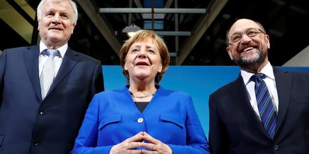La canciller, Angela Merkel, flanqueada por el líder de la Unión Socialcristiana de Baviera, Horst Seehofer, y el líder del Partido Socialdemócrata, Martin Schulz, este viernes.