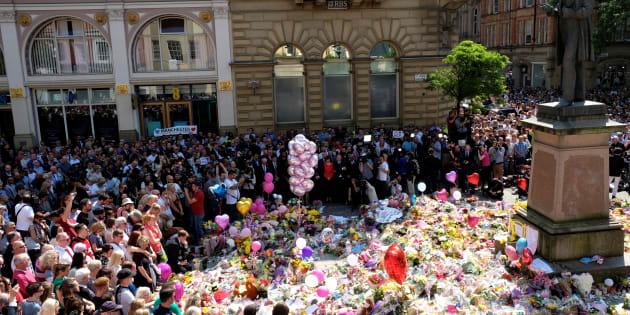 Le public observe une minute de silence en hommage aux victimes de l'attaque de Manchester Arena, sur la place Sainte-Anne dans le centre de Manchester, le 25 mai 2017.
