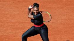 Serena Williams joue dans une tenue de super-héroïne utile à sa