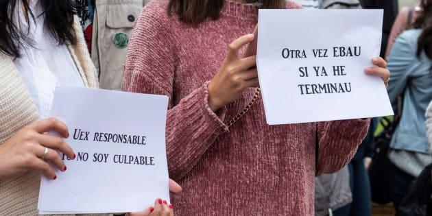 Estudiantes de Bachillerato se manifiestan frente a la Facultad de Filosofía y Letras del Campus de Cáceres tras el anuncio de repetición de varios exámenes de la EBAU.