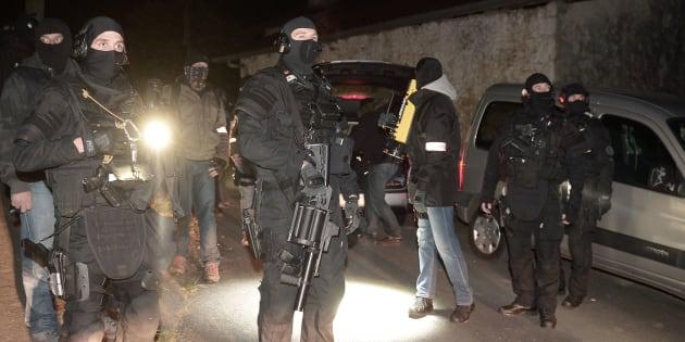 Des policiers du Raid lors de l'opération anti-ETA à Louhossoa, au Pays basque, vendredi 16 décembre