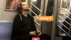 La technique de ce New-Yorkais pour regarder un épisode de série dans le métro est