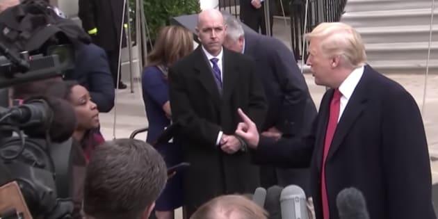 """Captura del vídeo en el que Trump espeta a una periodista que su pregunta es """"estúpida""""."""