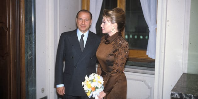 Milano, 15 novembre 1990. Silvio Berlusconi sposa Veronica Lario (Miriam Raffaella Bartolini), Palazzo Marino, Milano Municipio (Photo by Archivio Cicconi/Getty Images)