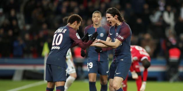 Neymar et Edinson Cavani fêtent le second but parisien contre Troyes ce 29 novembre 2017.