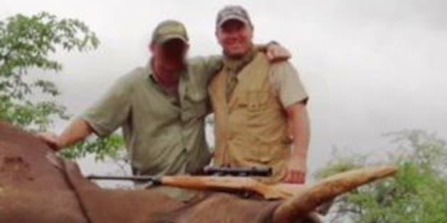 Pascal Olmeta dans sa vidéo de chasse à l'éléphant en Afrique.