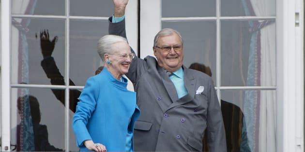 Margarita y Enrique de Dinamarca saludan desde el balcón del Palacio Real de Amalienborg, en Copenhague, el 16 de abril de 2016, durante la celebración del 76º cumpleaños de la reina.