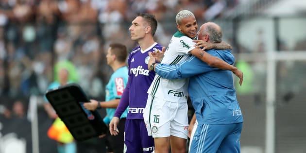 Herói do título, Deyverson abraça Luiz Felipe Scolari: Palmeiras é campeão.