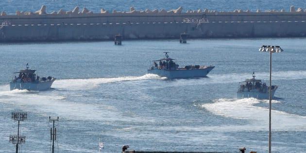 Naves militares de Israel, maniobrando en el puerto de Ashdod.
